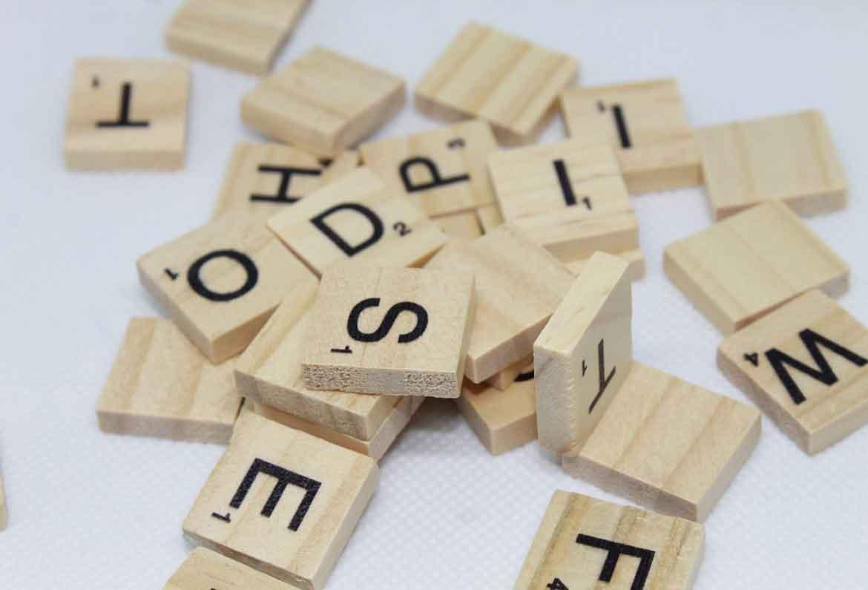 letras de scrabble amontonadas