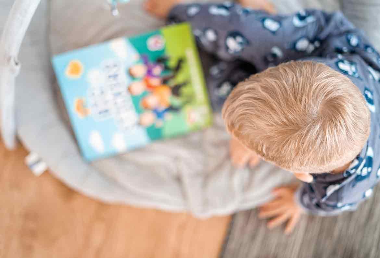 niño viendo un libro desenfocado