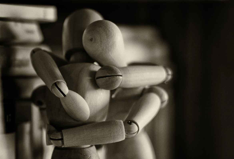 muñecos de madera abrazandose