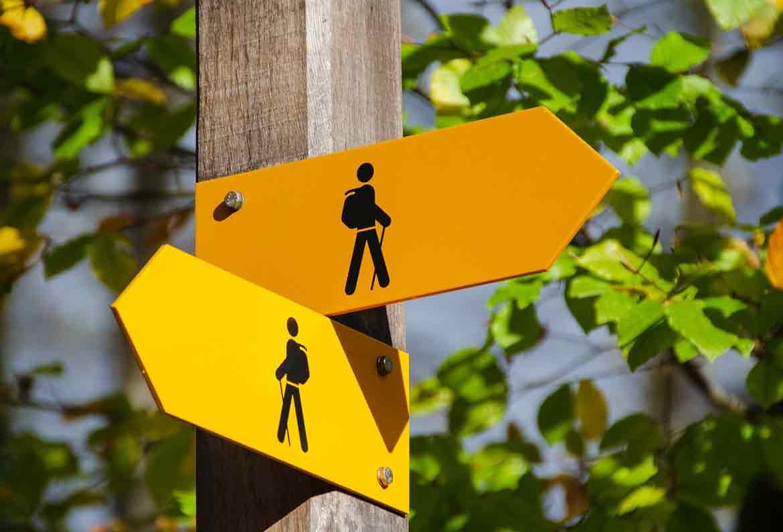 señales de ruta hacia derecha e izquierda