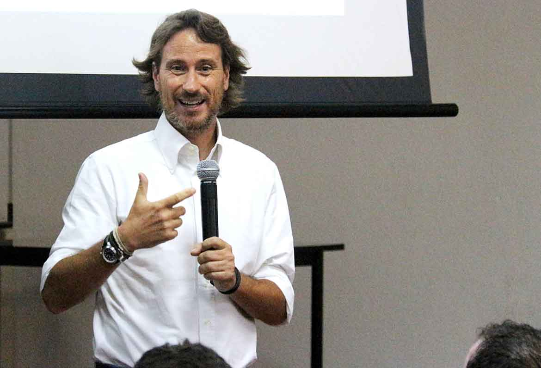 Victor Kuppers dando una conferencia