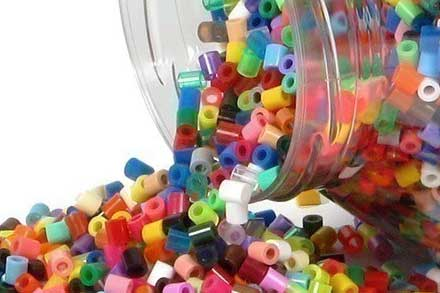 bote con muchas fichas de colores de hama