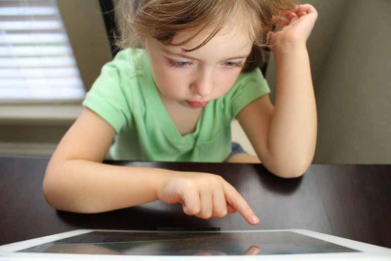 niña trabajando con una tablet
