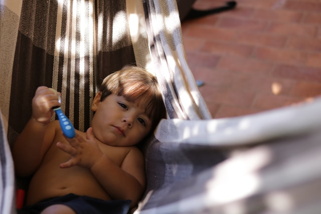 niño relajado en una hamaca
