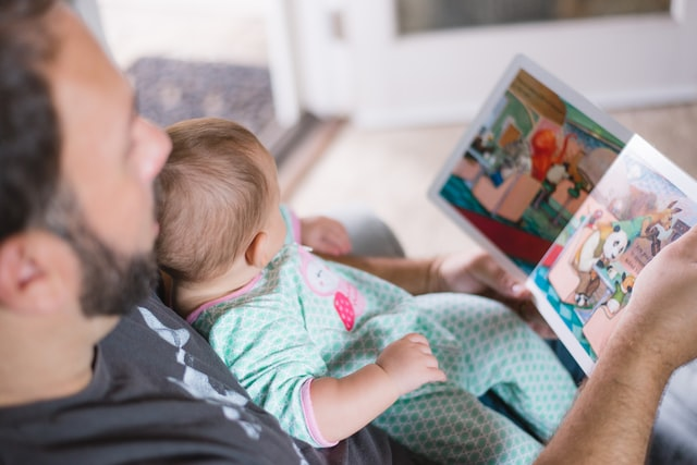 papa y bebe viendo un libro